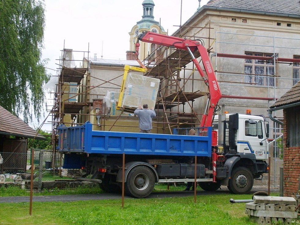 Práce na rekonstrukci ostruženské budovy úřadu a školky.