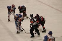 Hokejové show nechybělo nic. Padaly góly, rozhodčí pískal rovinu, týmy se rozešly smírně a diváci se dočkali soutěže i autogramiády.