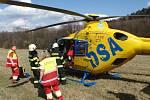Hasiči museli tři osoby vyprostit, celkem byly zraněny čtyři osoby. Pro jednu přiletěl i vrtulník letecké záchranné služby.