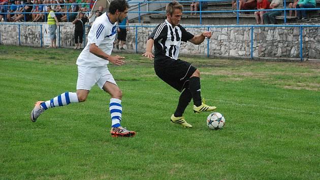 Fotbalisté Hořic v nové sezoně poprvé prohráli. Na snímku u míče hořický Dominik Pour bráněný soboteckým Petrem Topičem.