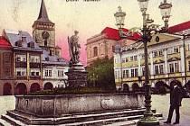 Jičínské Vadlštejnovo náměstí s kašnou na dobové pohlednici.