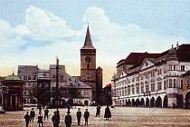 Jičínské Vadlštejnovo náměstí na dobové pohlednici.