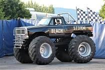 Kaskadérská skupina Monster Truck Show Zelenay objíždí v létě se svým turné celou republiku. Na začátku srpna zaparkovali svoje obří stroje v Jičíně.