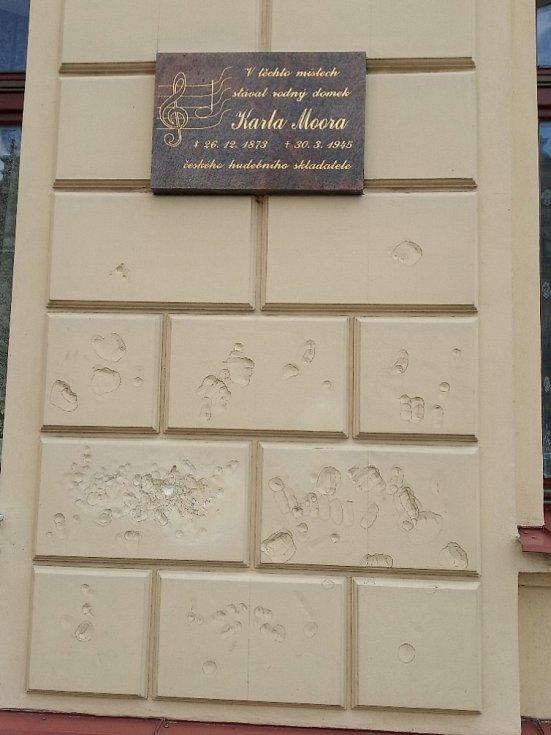 Ostudy Lázní Bělohrad, poškozená zeď.