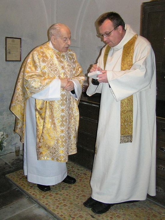 P. Karel Veselý (vlevo) působil ve Žlunicích 56 let.