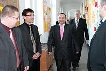 Z návštěvy ministra Josefa Dobeše ve velišské škole.