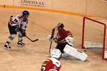 VELKOU POSILOU pro jičínský hokej je návrat Lukáše Kollmana (na snímku vlevo), autora čtyř branek a jedné asistence.
