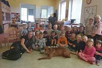 Čtyřnohá návštěva žáčky ve školce potěšila.