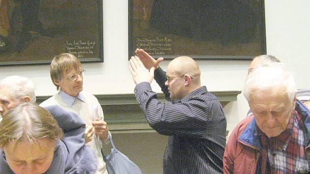 Jan Prostředník (na snímku gestikulující ) v pátek poutavě vyprávěl o objevech na Kumburku.