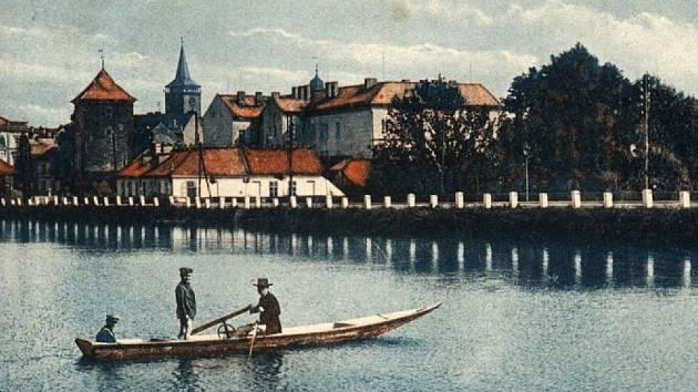 Dobová pohlednice jičínského koupaliště, pohled směrem od rybníka.