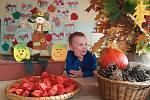 Děti z Máje si užívají darů podzimu.