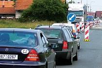 V Libišanech se tvoří před nájezdem na dálnici dlouho kolony aut.