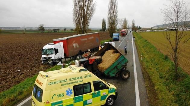 U kuriózní dopravní nehody zasahovali profesionální hasiči z Hořic