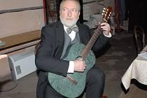 V novopackém klášteře zakoncertoval na svoji kamennou kytaru Štěpán Rak.