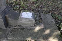 Ze sousoší před markvartickým hřbitovem zmizely dvě sochy.