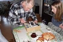 Stanislav Hlava ukazuje žákům archivní fotografie.