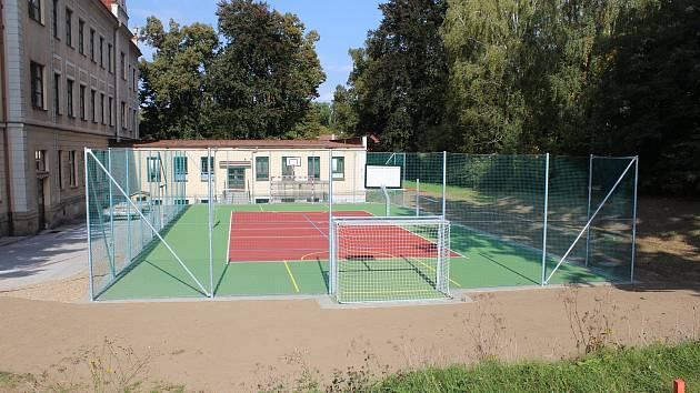Hořická ZŠ Na Daliborce má nové multifunkční sportovní hřiště na fotbal i tenis