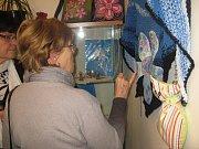 Výstava v jičínské knihovně nazvaná Šikovné ruce.