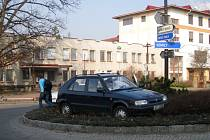 Kuriózní dopravní nehoda na jednom z jičínských kruhových objezdů.