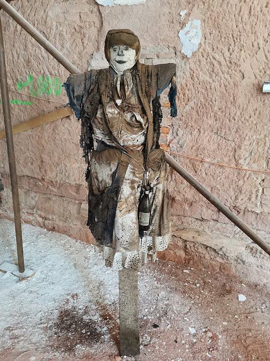 V zazděném komíně novopackého kláštera restaurátoři objevili čarodějnici se vzkazem v lahvi.