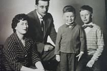 Rodina Pytelova Eva její manžel Miloš Pytela a synové Miloš a Martin. Foto: Paměti národa Východní Čechy