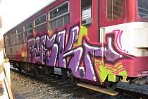 Řádění vandalů, kteří ve Staré Pace poničili další vlakovou soupravu.