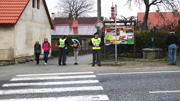 Policisté kontrolují dětí před železnickou školou.