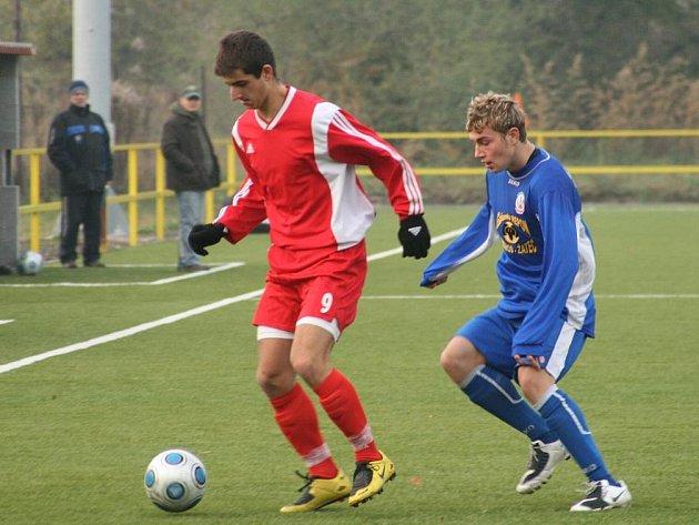 V souboji dvou devítek si novobydžovský Jiří Podolník kryje míč před náchodským Dominikem Pařízkem.