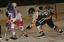 Ani přítomnost Ladislava Lubiny (v bílém) nepomohla dvorským hokejistům k bodovému zisku na ledě Náchoda.