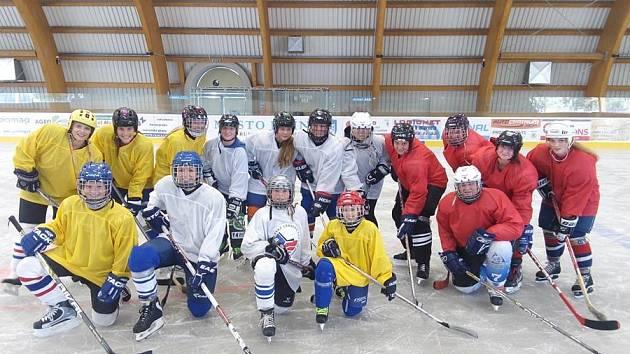 Ženský hokejový tým při své první tréninkové jednotce na jičínském zimním stadionu.