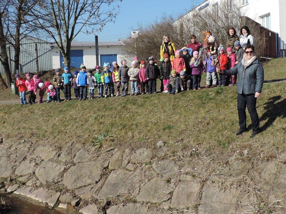 Děti z jičínské MŠ Větrov vynášely Moranu.