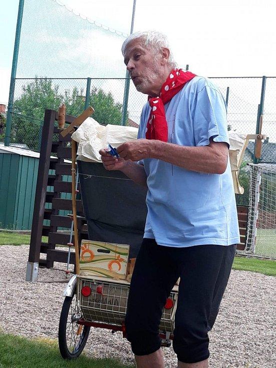 Matěj Kopecký jezdil se svým divadlem s vozem a koníkem. ProChor má svou Káru.