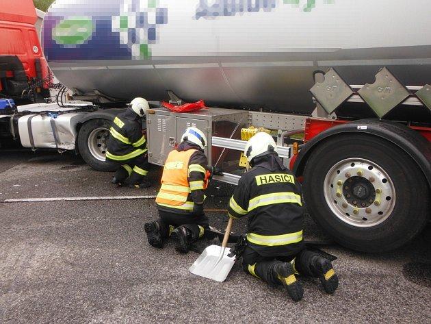 Srážka cisterny a octavie se neobešla bez zranění řidiče.