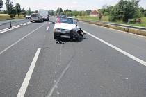 Chyba jednoho řidiče, který navíc neměl za volantem vůbec být, způsobila srážku tří vozidel na frekventované komunikaci.