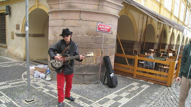 Do Jičína zavítal i legendární hudebník Bob Dylan, který původně sám hrával v ulicích. Ztvárnil ho busker Richard Cortés.