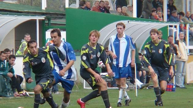 Před lavičkou Olympie. Z hřiště odchází zraněný Michal Mařas, s míčem Stanislav Kašajík, sledovaný novopackým Lukášem Jislem,  za nimi Antonín Eimer a Jan Keszeg, autor druhého gólu hostů.