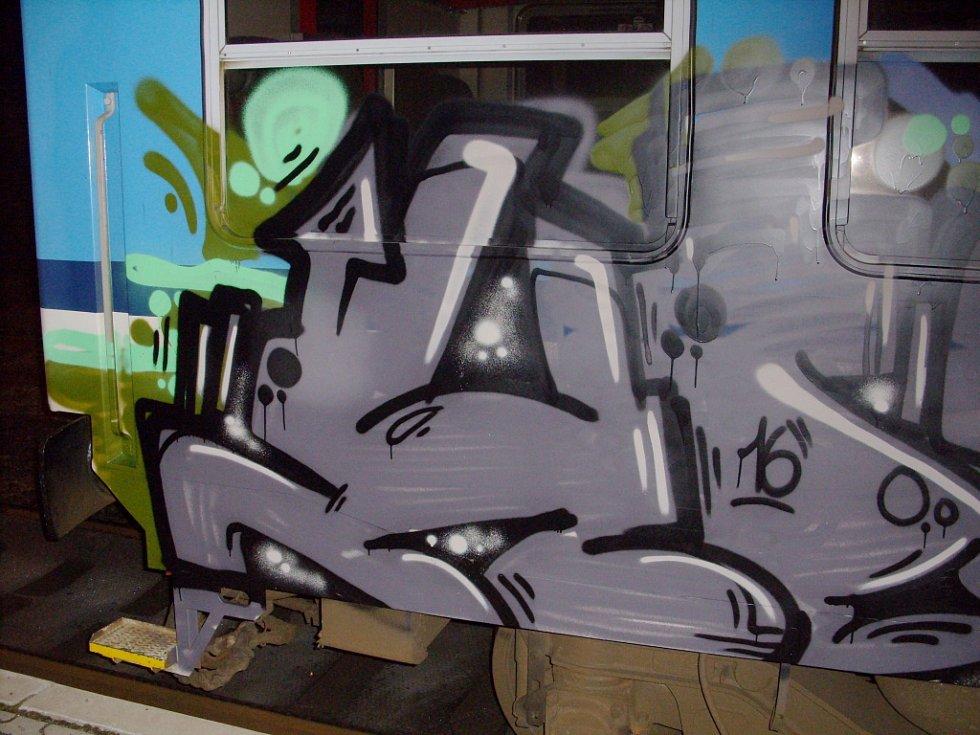 Vlak poničený sprejery ve Staré Pace.