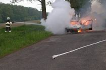 Automobil byl zničen požárem.