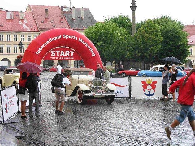 Ze startu autoveteránů, jičínské Valdštejnovo náměstí.