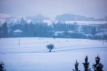 Město Lázně Bělohrad připravilo lyžařské běžecké tratě na polích podél silnice na Brtev.