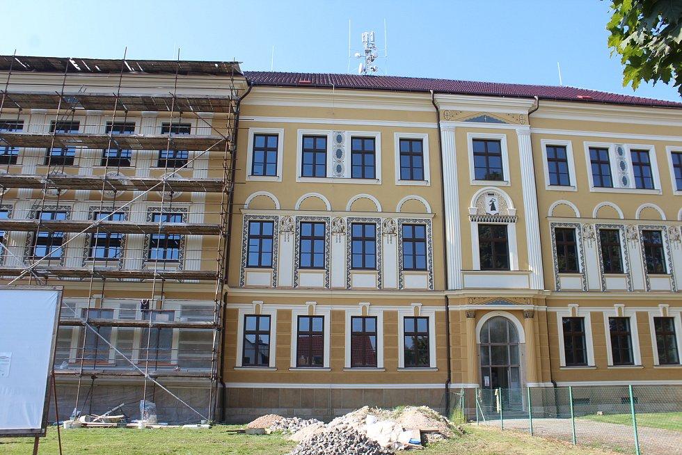 Rozsáhlá rekonstrukce areálu druhého stupně ZŠ je momentálně jednou z nejdůležitějších investic města. Důraz kladou na unikátní fasádu, která si zachová svou historickou podobu.