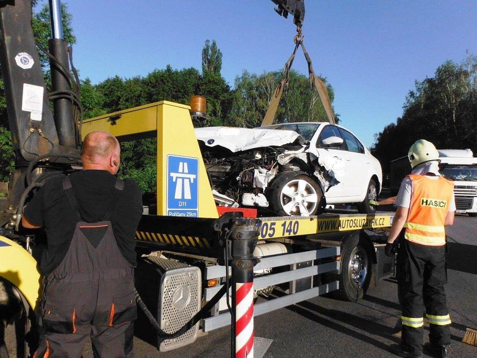 Při střetu dvou automobilů u Milovic se zranilo pět osob, řidičku transportoval vrtulník