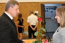 Studenti jičínské MOA gratulovali řediteli Jiřímu Tajčovi.