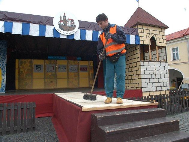 Pódium pro pohádkový festival je už připraveno.