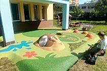 Polyuretanový chodník s hracími prvky baví děti z MŠ Pod Lipou v Hořicích.