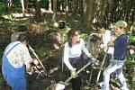 Dobrovolníci ze zahraničí čistí na Prachově tůňky pro obojživelníky.