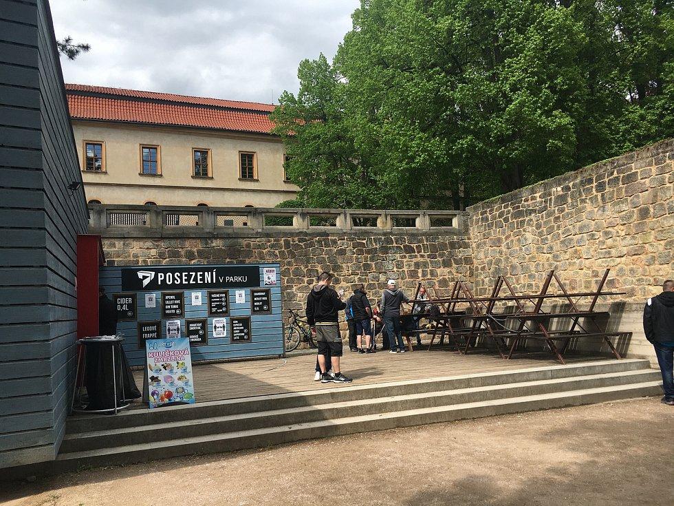 Hojně oblíbené je v Jičíně Posezení v parku. Nachází se totiž přímo v zámeckém parku. Už v době, kdy nebylo možné sedět na zahrádce, se před okýnkem stály fronty na pivo, čaj nebo kávu.
