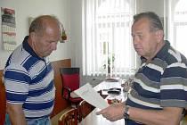 Jaroslav Petr na jičínském okresním výboru KSČM s formulářem připraveným pro sbírku na pomoc po povodních, vlevo Vladimír Ulrych.