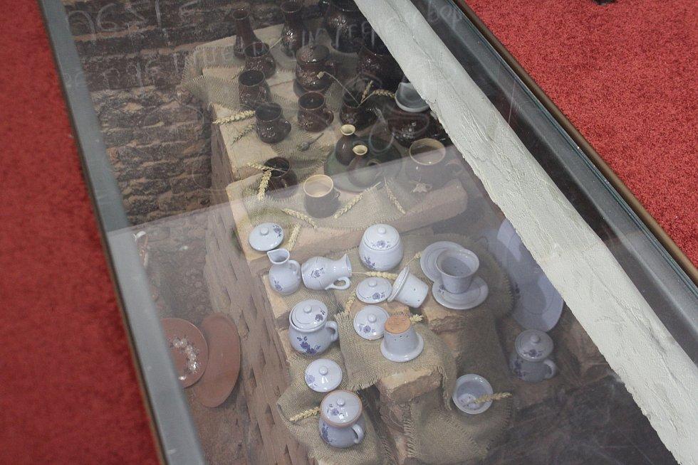 V budově základní školy byla dříve hrnčírna. Vedení se rozhodlo hrnčířskou historii připomínat.