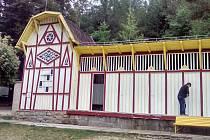 Levá věžička dřevěné budovy bude zrenovována.